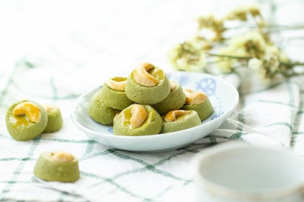 抹茶グリーンティークッキーシンガポールまたは抹茶グリーンティーカシュークッキーと熱いお茶
