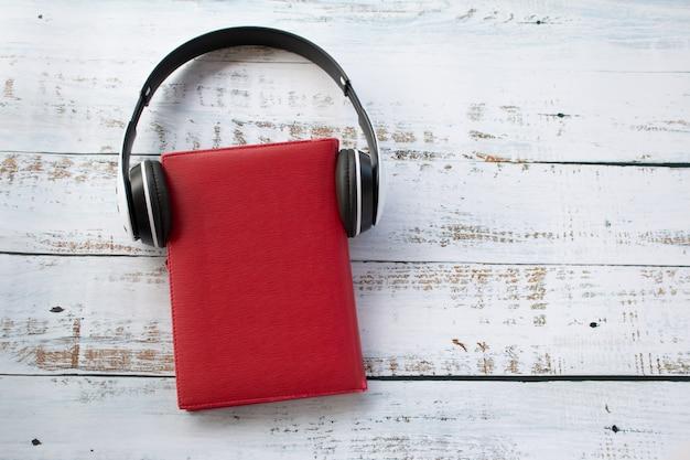 赤い本、リラックスした時間の概念に身に着けているヘッドフォン