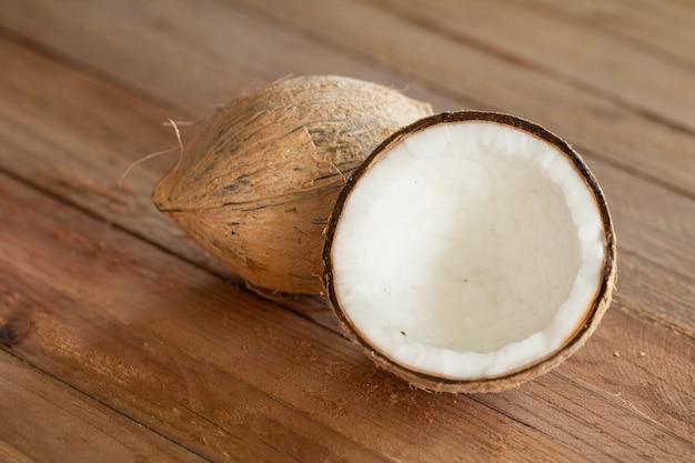 Крупным планом кокоса на деревянных фоне