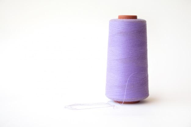 白い表面に紫色の糸が付いたコイル。