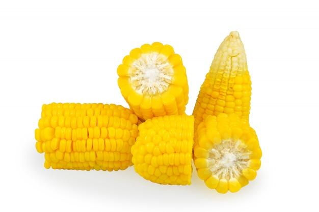 Куча сладкой кукурузы на белом фоне