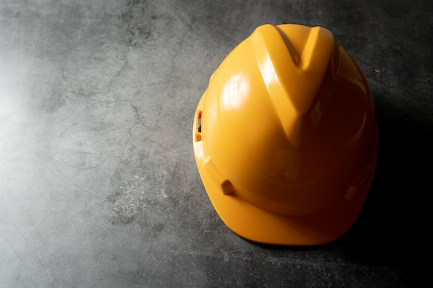 床にヘルメット