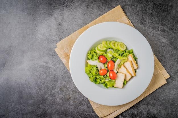 Салат. овощной салат, салат из свежих овощей с помидорами луком огурцом. вид сверху, концепция чистой пищи
