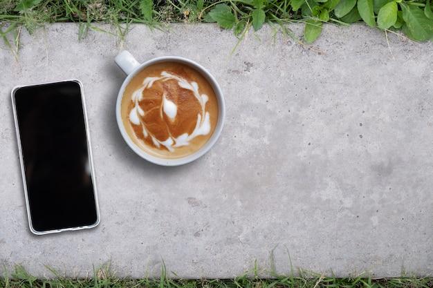 床、コピースペース、平面図上の携帯電話のモックアップ