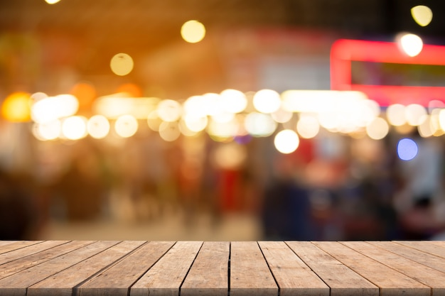 空の木製テーブルと背景をぼかした写真、プレゼンテーション製品や広告に使用