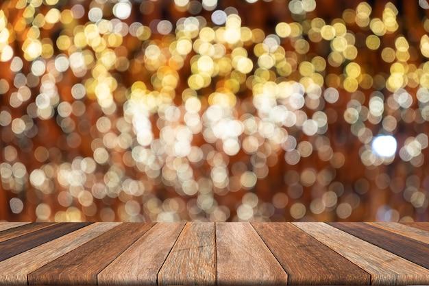 カラフルな背景のボケ味の背景に木製のテーブル