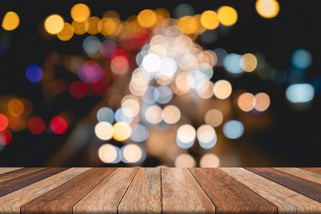 空の木製テーブルの前にぼやけてトラフィック背景のボケ味