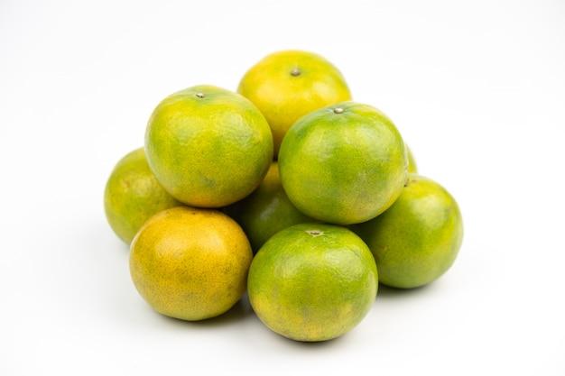 未熟なオレンジ色の果物のグループ