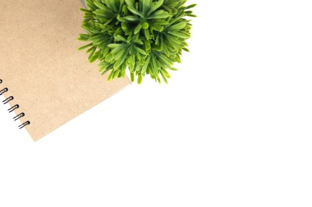 茶色と緑の葉の上面図をコピーする宇宙本