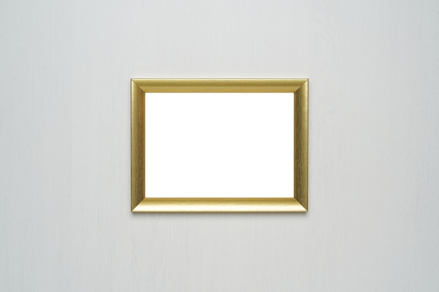 Золотая рамка для фотографий на деревянной стене
