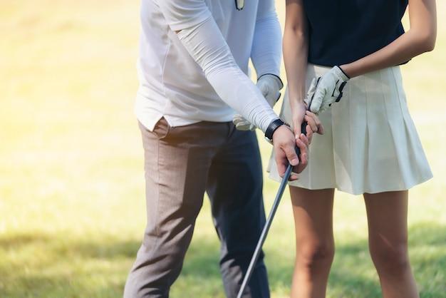 Тренеры обучают игроков в гольф, чтобы поймать лес в начале игры в гольф.