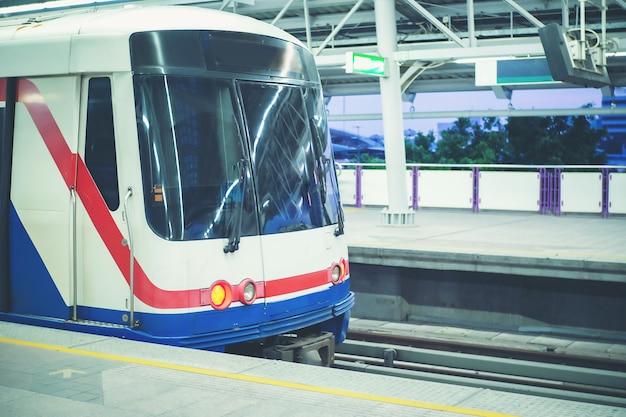 大量輸送電車が乗客を待っている。