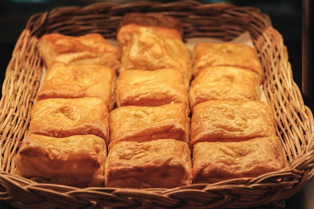 朝食べられるバスケットに焼きたてのパン。