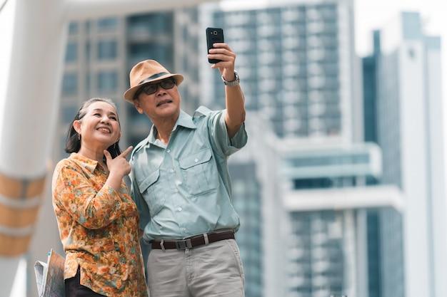 首都を訪れるアジアのシニアカップル観光客