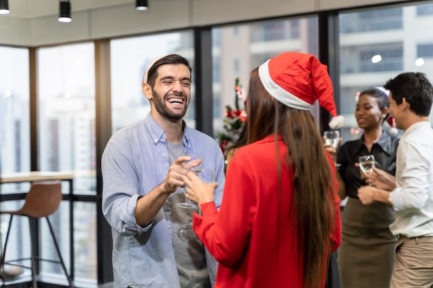 オフィスのクリスマスパーティー。メリークリスマス、そしてハッピーニューイヤー