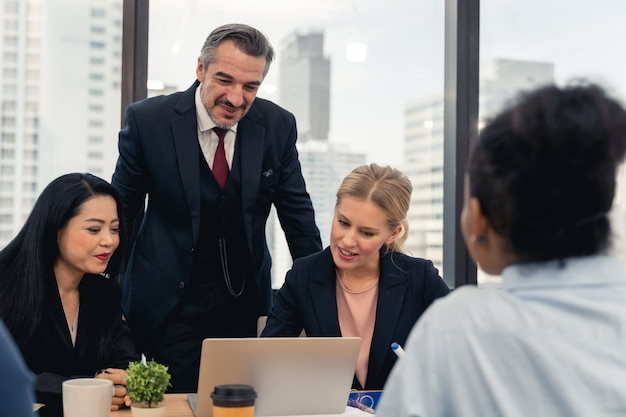 Корпоративный бизнес команда и менеджер на встрече. молодая команда коллег делает большую деловую дискуссию в современном офисе коворкинг. концепция совместной работы людей