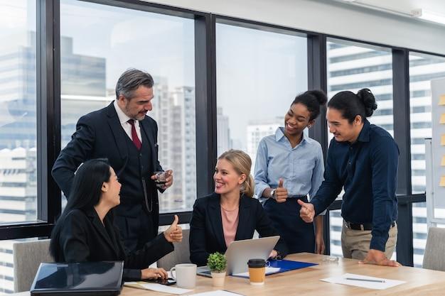 Корпоративный бизнес команда и менеджер на встрече. молодая команда коллег, делая большую деловую дискуссию в современном офисе коворкинг.
