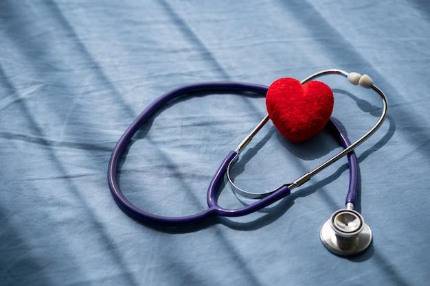 医療聴診器と心電図と赤いハート。コンセプトヘルスケア。