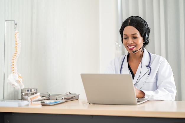 電話でヘッドセットコンサルティング患者の医師の肖像画