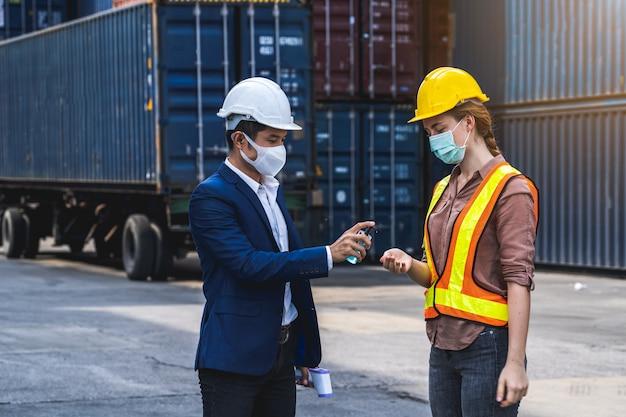 保護サージカルマスクを着用し、消毒剤を使用する監督者