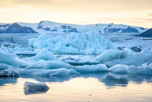 Взгляд айсбергов в ледниковой лагуне, исландии, концепции глобального потепления