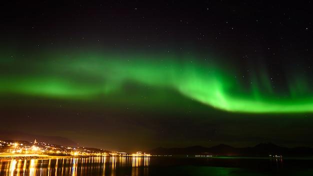 オーロラまたはノルウェーのトロムソの空のオーロラ