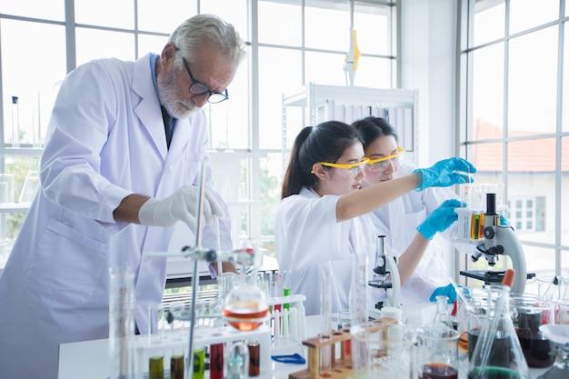 医学研究と科学者は、顕微鏡とタブレットと試験管で作業していますが、
