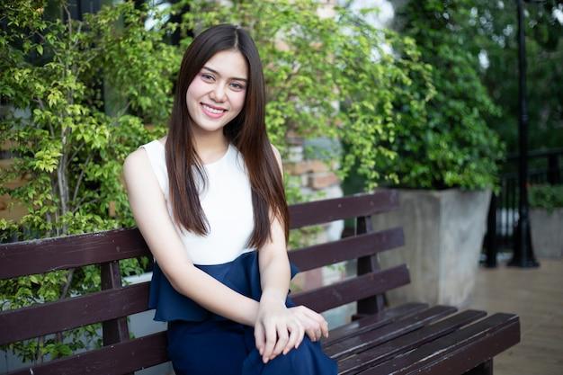 Улыбка азиатских женщин счастливая на расслабляющем времени на внешнем