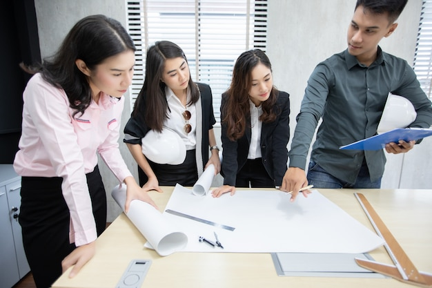 ノートを使用してビジネスマンやエンジニアグループ