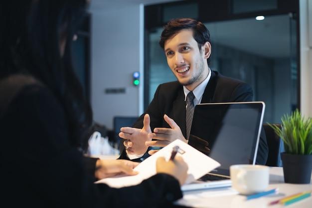 Бизнесмены и предприниматели обсуждают документы для концепции собеседования