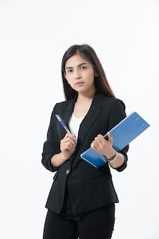 アジアビジネスの女性は笑顔で幸せな仕事のためのクリップボードを保持しています。