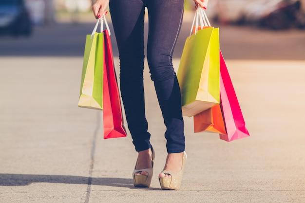 アジアの女性と美しい女の子が買い物をしながらショッピングバッグを抱きしめている