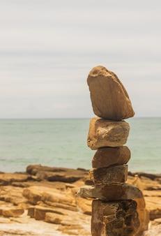 Камень наложен на красивый тропический приморский концепт-арт.