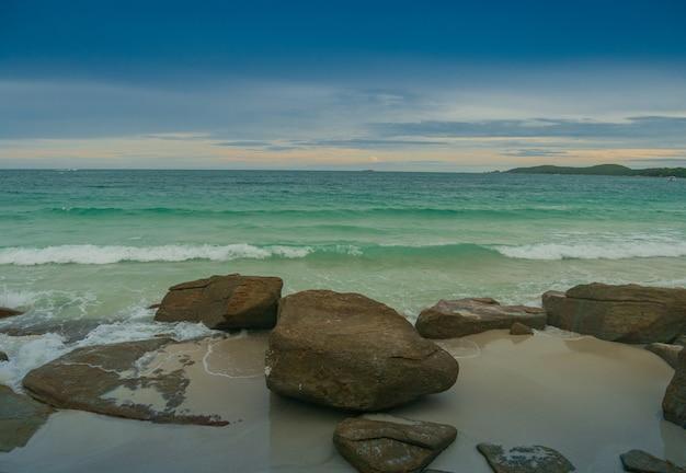 夏の岩とビーチの風景サメット島ラヨーン島高角度の視点