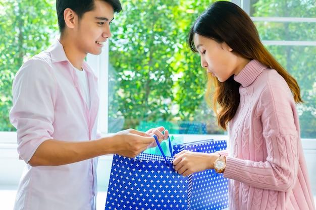 ショッピングバッグに何かで驚きを感じて若い女性