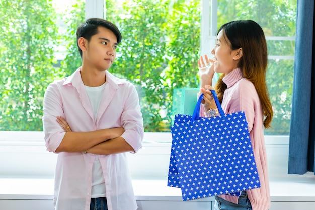 Молодой человек расстроен молодой женщиной