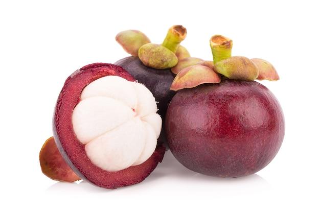 Мангостан фруктов, изолированных на белом