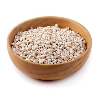 Просо рис в деревянной миске, изолированных на белом фоне