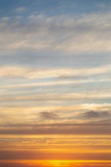 田舎でカラフルな劇的な空と夕焼け