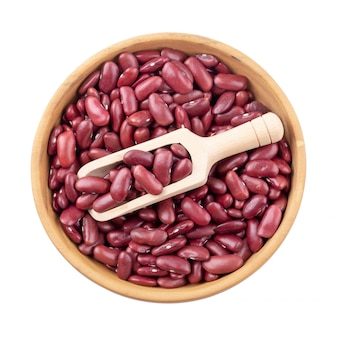 白い背景で隔離された木製のボウルに赤豆