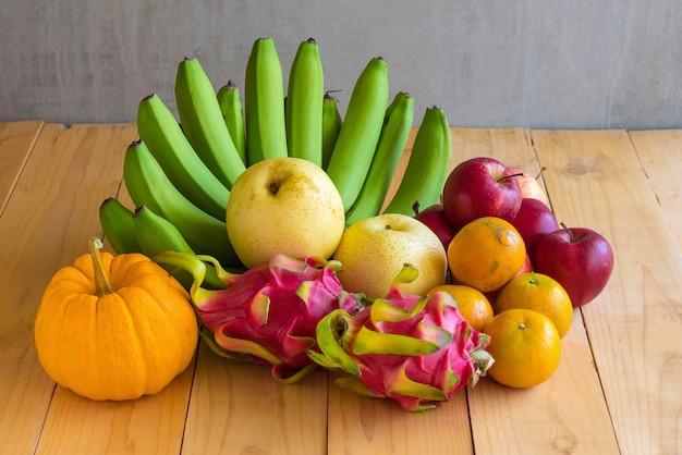 フルーツダイエットのコンセプトです。木製のテーブルにさまざまな果物