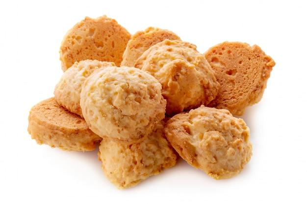 白い背景で隔離されたおいしいココナッツクッキー