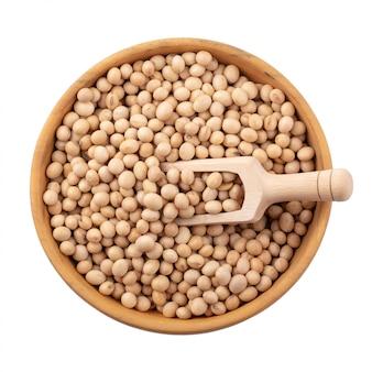 白い背景上に分離されて木製のボウルに大豆