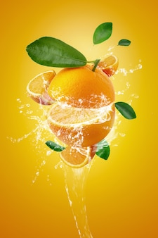 Брызги воды на свежие нарезанные апельсины и оранжевые фрукты на апельсин