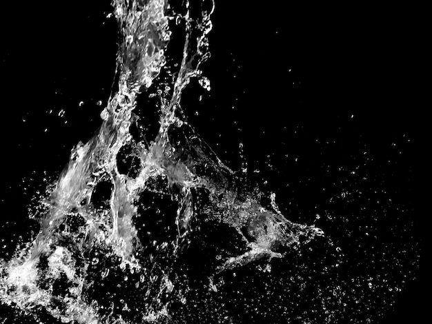 黒い背景に分離した水しぶき