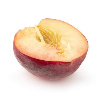 半分とスライス桃の白い背景で隔離。