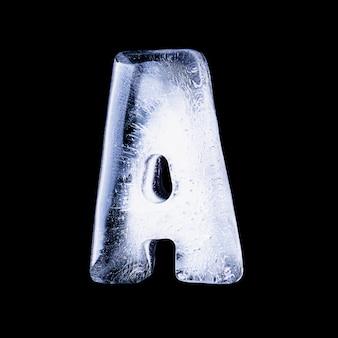 Замерзшая вода в форме алфавита на черном фоне