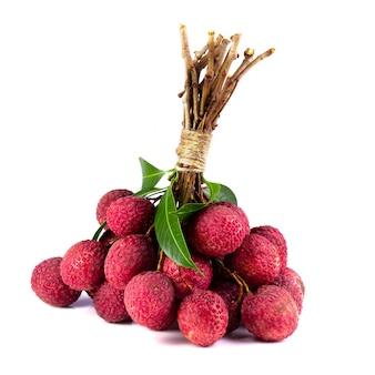 Свежие личи или личи тропические фрукты на белом фоне