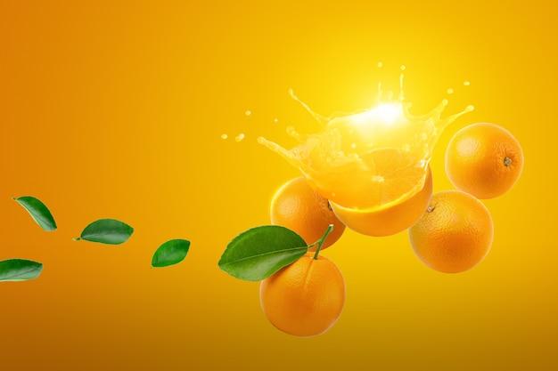 完熟オレンジの果実のしぶきの新鮮な半分