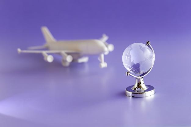 グラスグローブと飛行機モデル、旅行とグローバリゼーションのコンセプト